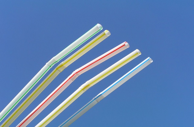 A photo of five straws